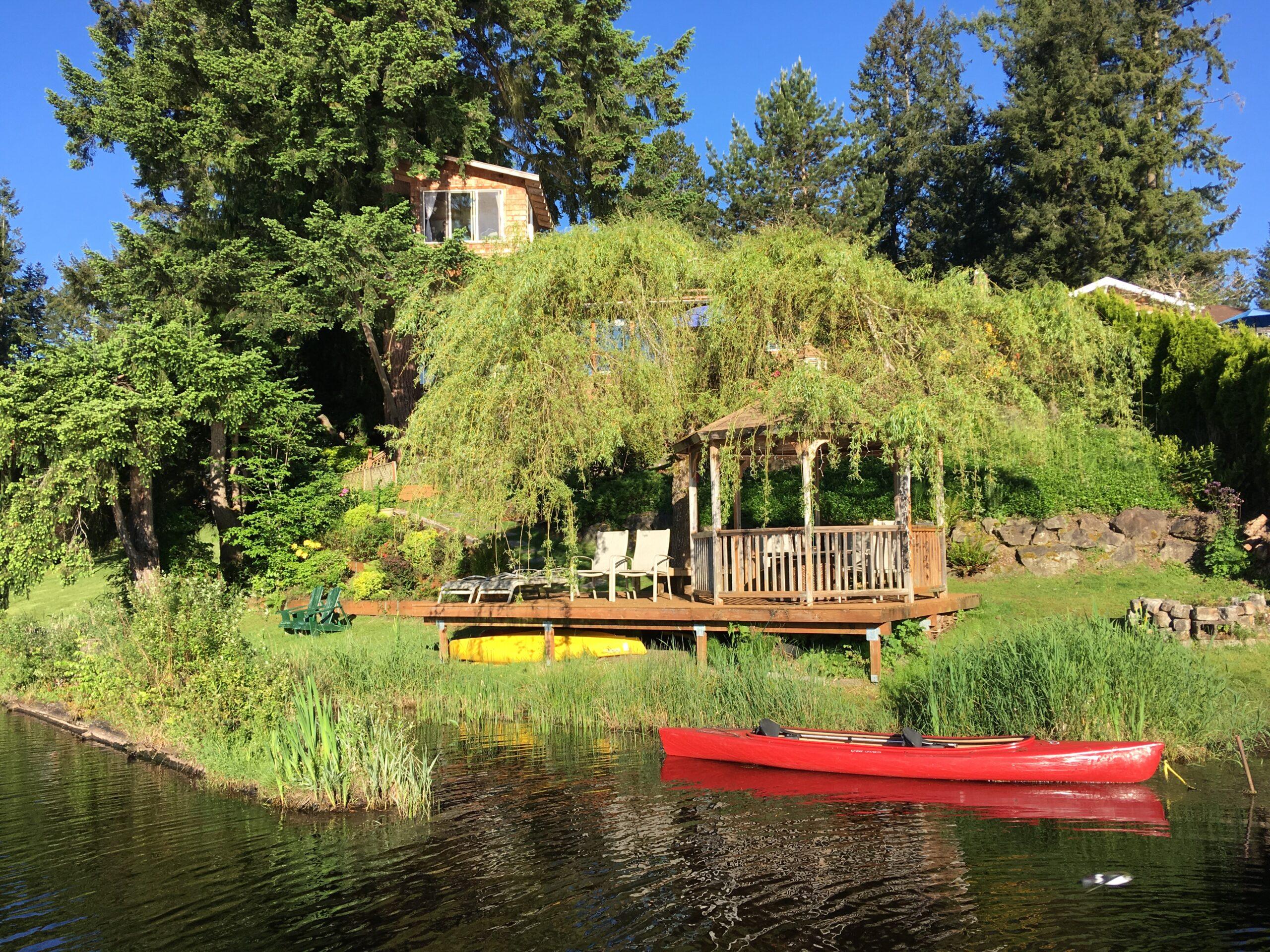 gazebo/deck/kayaks/lake.JPG